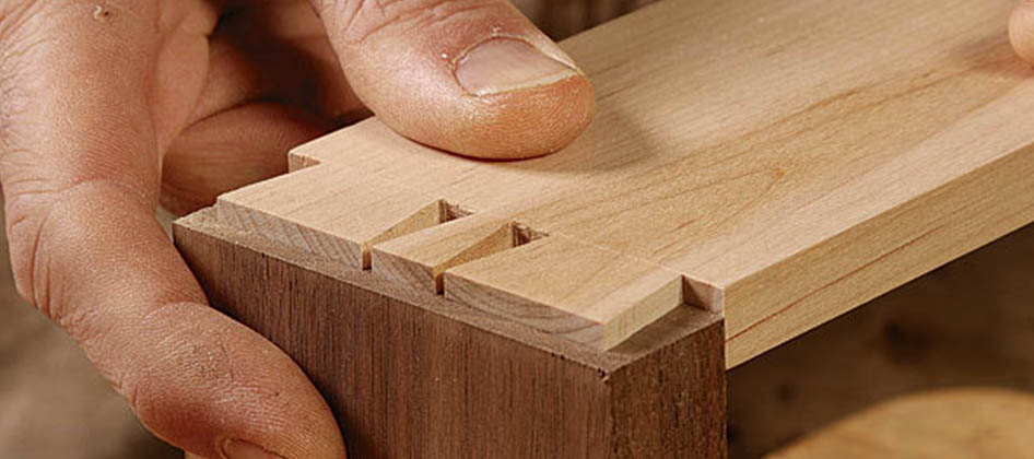 green_woodworking_slideshow_0044_011219041_01_half-blind-dovetail-main.jpg